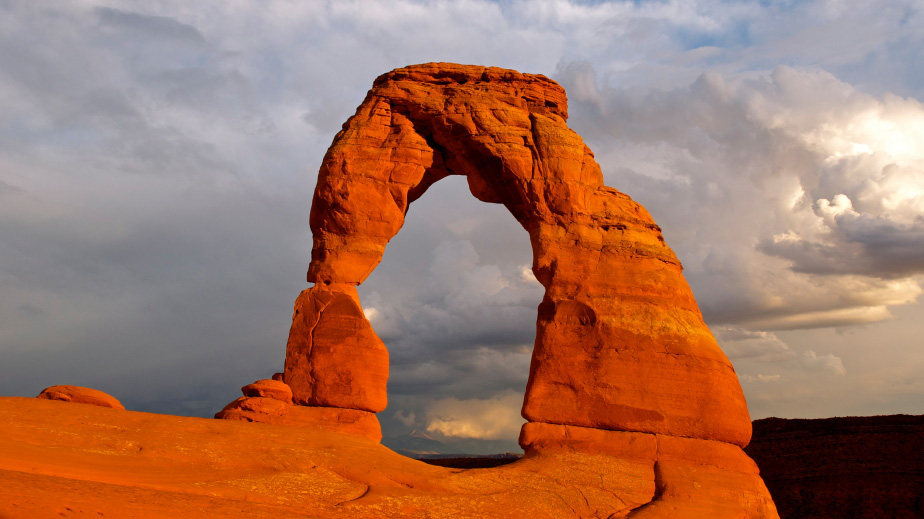http://www.travelwest.net/files/large/delicate-arch-in-arches-national-park.jpg